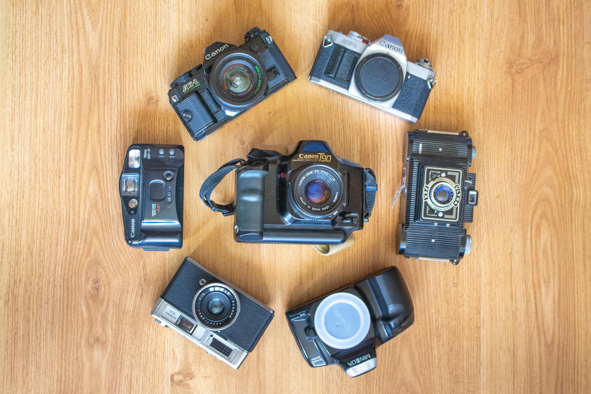 Photographie d'une collection d'appareils photo argentiques