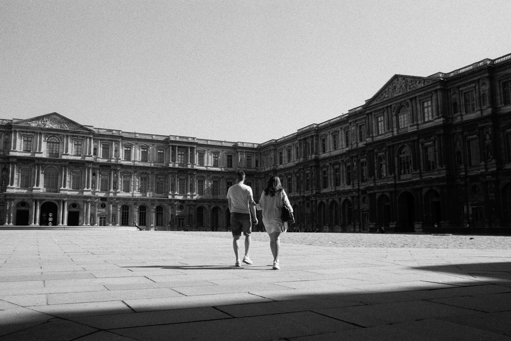 Photographie d'un couple au Louvre à Paris par Damien TROLARD