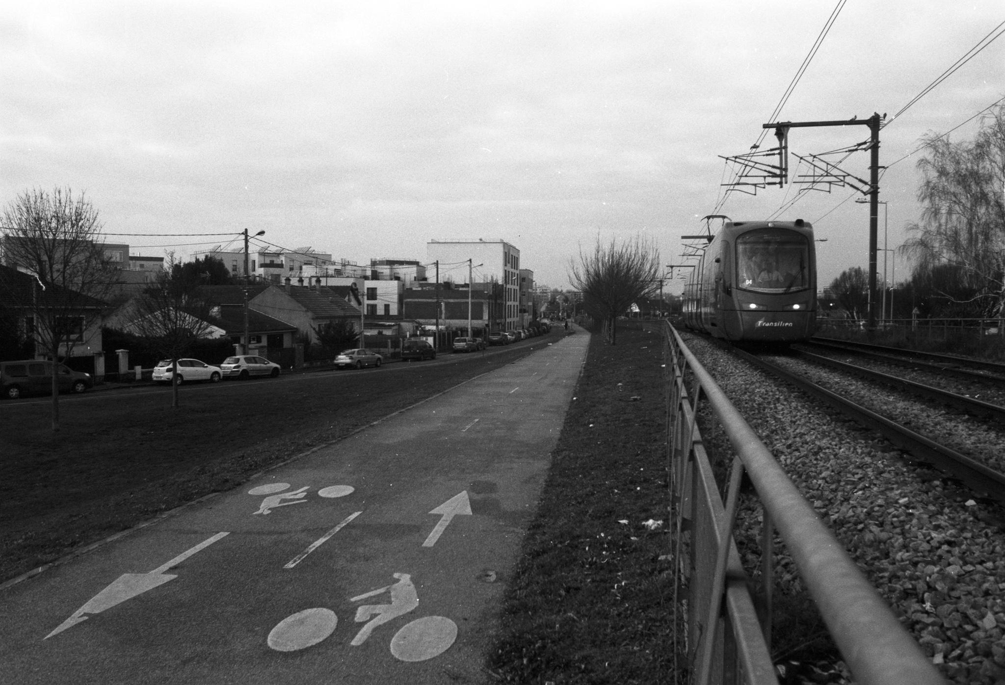 Photographie en ville avec à gauche une piste cyclable et à droite un tramway