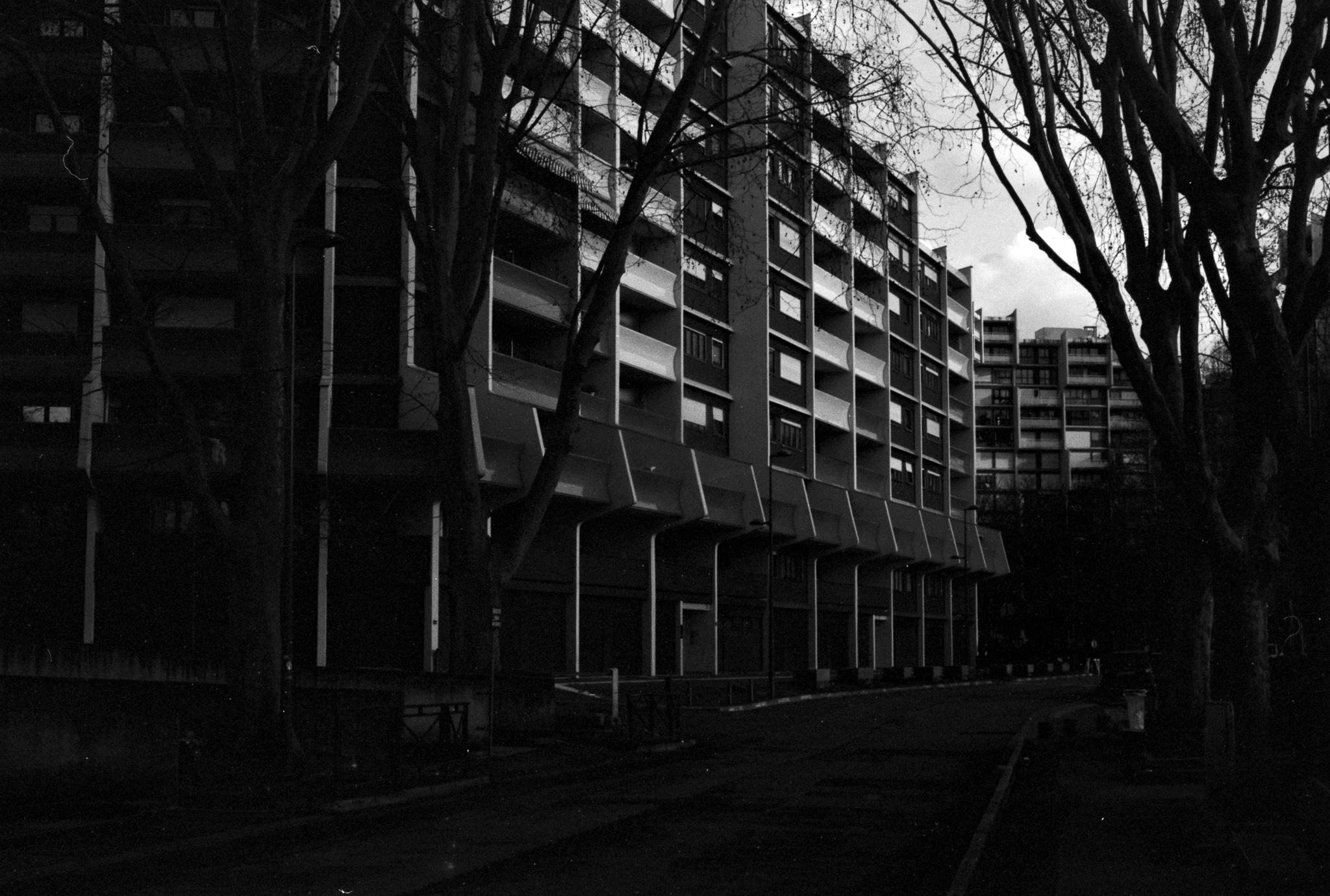 Photographie sombre d'un bâtiment en ville
